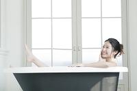 入浴する20代日本人女性