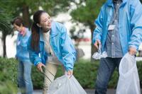 ゴミ拾いをするシニアグループ