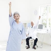 ガッツポーズをする患者と医者