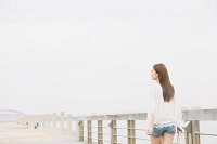 ボードウォークと見上げる日本人女性