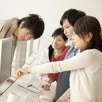 パソコンの画面を見る大学生