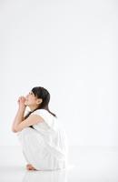 しゃがんで上を向いている日本人女性