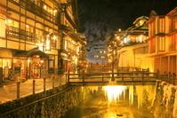 山形県 冬の銀山温泉の夕景