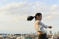 屋上でダンスをする日本人女性