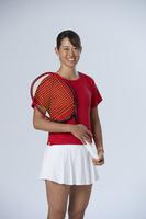 ラケットを持つ女子テニス選手