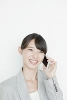 携帯電話で話すヤングビジネスウーマン