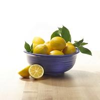 ボウルに盛る新鮮レモン