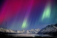 アメリカ合衆国 アラスカ 赤色と緑色のオーロラ