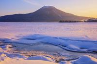 北海道 雪の阿寒湖より雄阿寒岳朝景