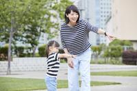 指を指す日本人親子