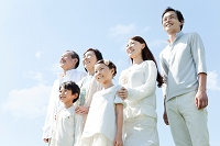 遠くを眺める3世代日本人家族