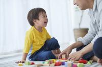 積み木で遊ぶ息子と父親