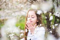 花の匂いをかぐ女の子