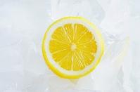 氷で冷やされたレモン