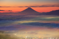 長野県 黎明の高ボッチ高原より富士山と雲海
