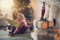 クリスマスを過ごす親子