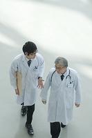 病院のロビーを歩く医者