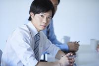 会議をする日本人ビジネスマン