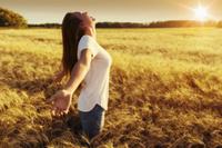 麦畑に立つ若い女性