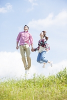 手を繋いでジャンプするカップル