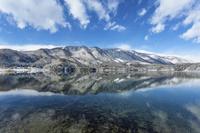 長野県 青木湖の水面の映り込みと雪景色