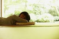 畳の上で昼寝をする女の子