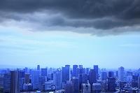 大阪府 都市の高層ビル群と雨雲