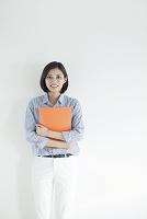 ファイルを抱える20代日本人女性