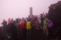 富士山頂 久須志神社でご来光を待つ登山者達