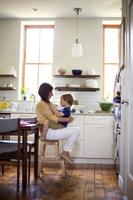 キッチンで息子を抱っこする母親