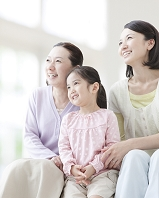 遠くを眺めて笑う日本人家族