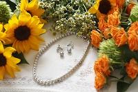 花と真珠のネックレスとイヤリング