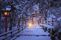 京都府 貴船神社 早朝の雪景色の参道と春日灯籠