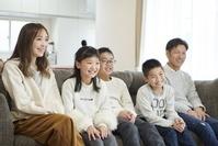テレビ鑑賞をする団らんの日本人家族