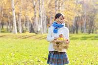 紅葉の中の6歳の日本人の女の子