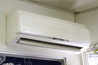 室内の旧式エアコン