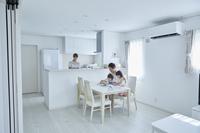 塗り絵で遊ぶ日本人家族