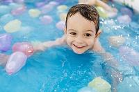 水遊びの子供