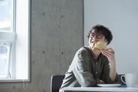 朝食を食べる日本人男性