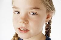 歯列矯正をしてる女の子