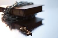 鎖の巻かれた本と鍵