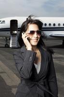 飛行場で電話するビジネスウーマン