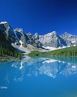 カナダ カナダ・バンフ国立公園 モレーン湖とカナディアン・ロ...