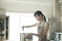 料理をする20代女性