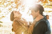 木の下で抱き合う笑顔のカップル