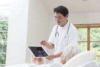 在宅医療する医者とシニア女性患者