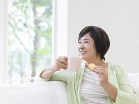 ティータイムの中高年日本人女性