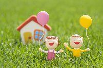 風船を持つ子供たちと家のクラフト