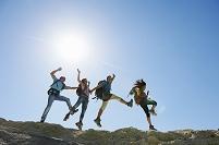 ハイキングをする男女グループ