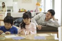 リビングの日本人家族